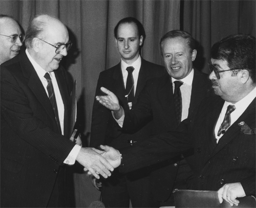 A picture of two men shaking hands - perhaps afer agreeing a prrice on copywriting for businesses